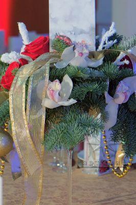 Новогодняя композиция на столах гостей