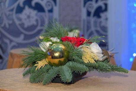 Композиция из Голландской  пихты - Нобилис, роз и новогоднем декором