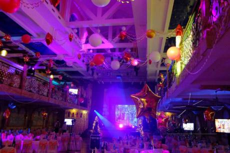 Новогоднее украшение шарами на новогодний праздник корпоратива