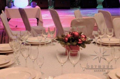 Новогодние корпоративное украшение столов. Скороход