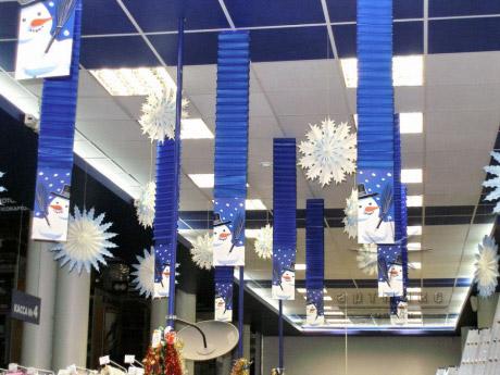 Новогоднее украшение торгового зала магазина в сине-бело-голубых тонах