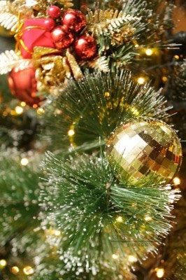 Декор на елке игрушками, сладостями – всем понравится