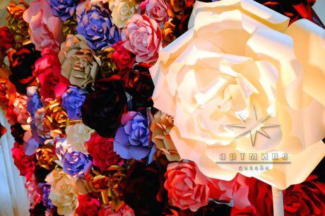 Яркая фотозона из больших дизайнерских цветов