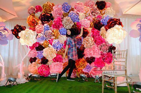 Стена из больших цветов для мероприятия