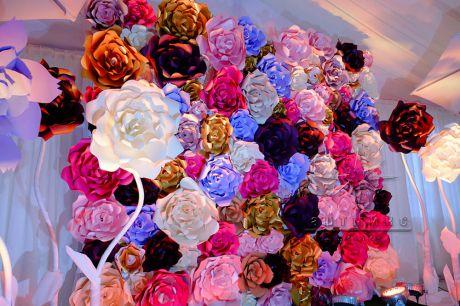 Фотозона из больших ярких цветов