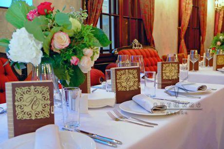 Оформление столов гостей цветами и подарками