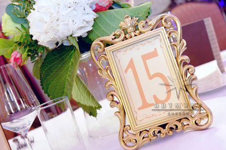 Золотая рамка для карточек на столы приглашенных гостей