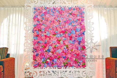 Яркая стена из цветов в ажурной раме