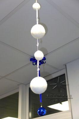 Новогодние шары и гирлянды в оформлении потолка