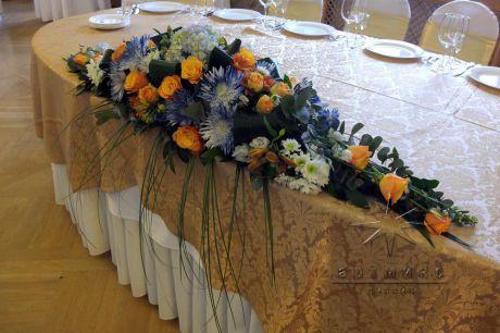 Сдержанная и в тоже время яркая цветочная композиция на столе юбиляра