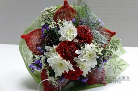 Красно-белый букет с шишками и дополнительным новогодним декором - прекрасный подарок к торжеству
