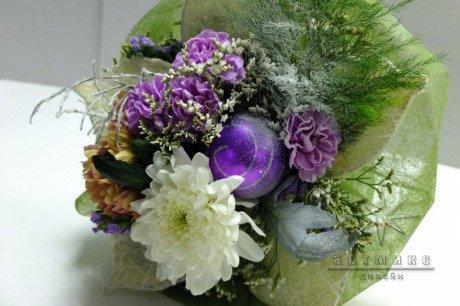 Новогодний букет из живых цветов, елей и с еловыми шишками