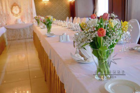 Тюльпаны в декоре торжества добавит простоту и изысканность вашего праздника