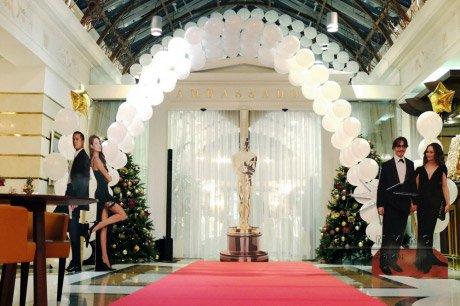 Оформление вестибюля отеля, принимает на себя основную функцию по встрече гостей на новогоднее торжество