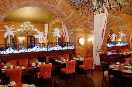 С помощью декора можно преобразить банкетный зал и создать приятную атмосферу в праздничном оформлении зала
