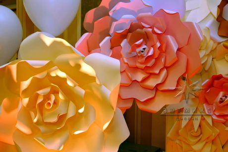 Эффектная фотозона из цветов