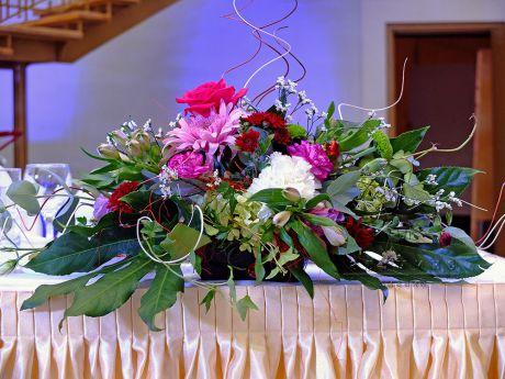 Цветы на юбилей в оформлении зала