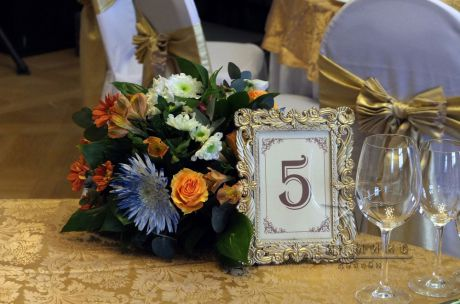 Рассадочные карточки используются как указатели мест для каждого гостя за столом