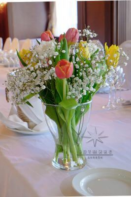 Роскошные букеты из многоцветковых тюльпан в оформление зала на юбилей