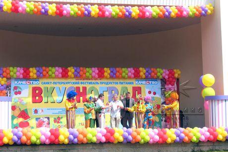 Оформление сцены тематическими баннерами и гирляндами из воздушных для фестиваля