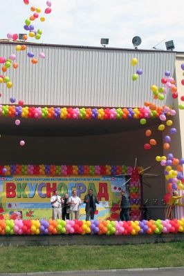 Яркий салют из воздушных шаров
