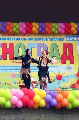 Оформление сцены шарами и баннерами