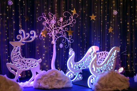 Новогодняя композиция в виде волшебных саней в упряжке с оленем