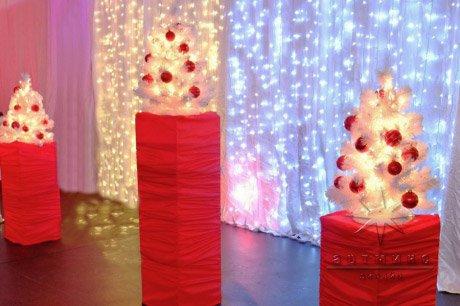 Ёлочки в красно белом оформление для новогодней вечеринки
