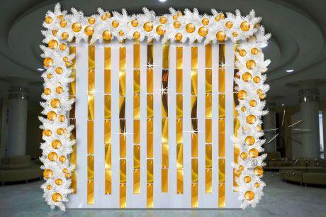 Арка с золотыми пластинами и белыми еловыми гирляндами