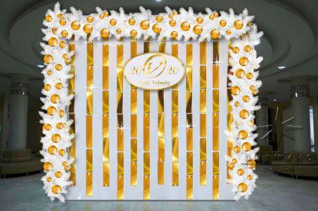 Объёмная фотозона Арка с Золотыми пластинами и Еловыми гирляндами