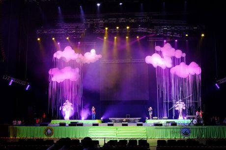 Праздничная сцена оформлена облаками и букетами из цветов в середине мероприятия добавится огромное солнце
