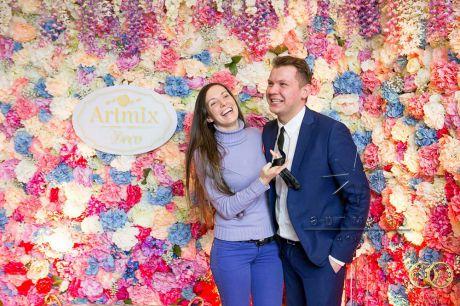 Фотозона из цветов на выставке Королевство свадеб