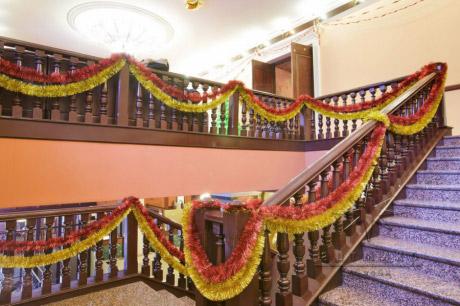 К новогоднему празднику, можно сделать весьма оригинальное украшение по лестнице