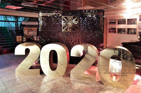 Новогодние декорации Танцующие пайетки с цифрами