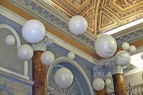 Воздушные шары под потолком
