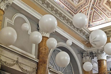 Воздушные шары в оформлении зала