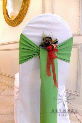 Новогоднее оформление стульев лентами и украшенными веточками