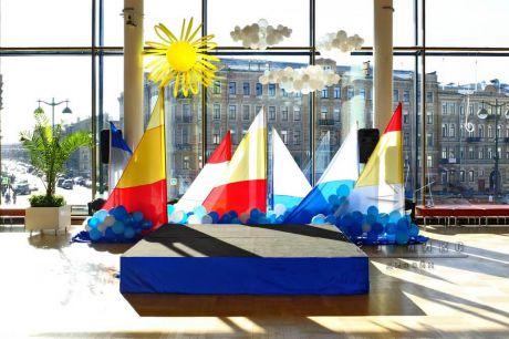 Воздушный вариант декорирования сцены к празднику День защиты детей