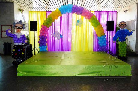 В оформление холла на праздничном мероприятии фигуры из воздушных шаров