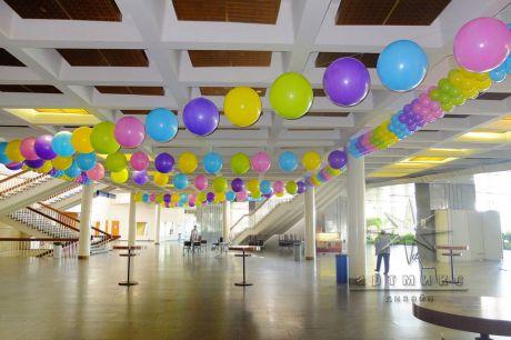 В вестибюле яркие шары придают праздничное настроение на празднике