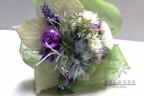 Новогодний букет в нежно сиреневой гамме из живых цветов, шишек и еловых веток