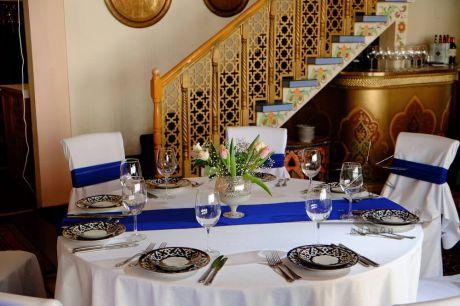 Столы гостей на юбилеи украшены напероном в синего цвета