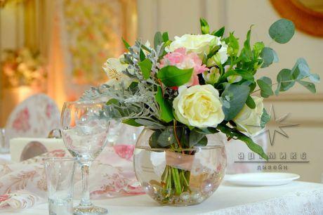 Цветочные букетики в круглых вазах