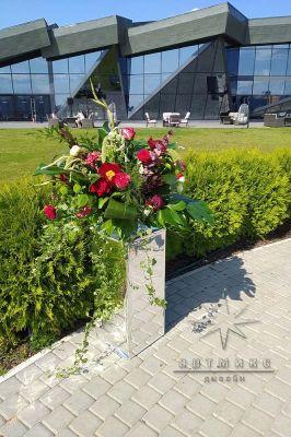 Зеркальные тумбы с цветочными композициями