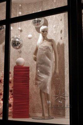 Оформленные витрины к Новогодним праздникам создает праздничную атмосферу