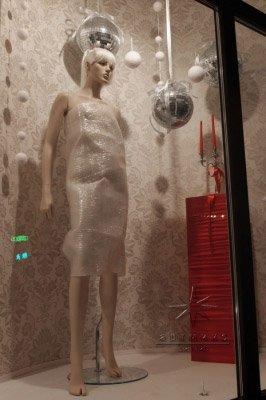 Оформление витрины к Новому году не только наполнены Новогодними аксессуарами, но и цветовым решением