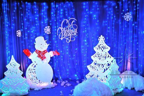 Надпись с Новым годом в окружении ёлочек и снеговика