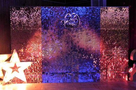 Фотозона из пайеток с надписью  С Новым годом