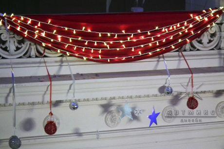 Новогодний декор в оформлении актового зала (Политех)