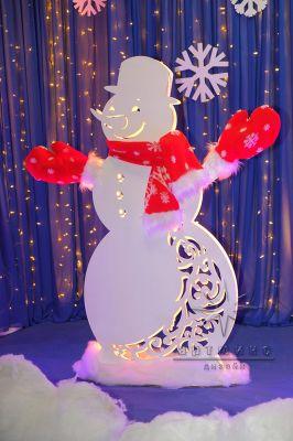 Светящийся снеговик в красном стиле